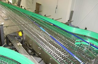 Lamellar conveyor for bottles and cans