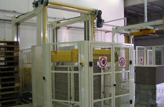 Low infeed palletizer for PET bottle packs