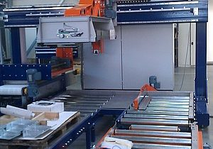 Linear palletizer of PET bottles