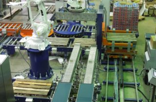 3. Roboterpalettierung mit Verpackungsmaschine und Förderer